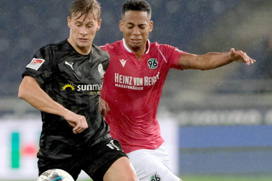 Aogo mit einem seiner wenigen Einsätze für Hannover im November gegen Sandhausen.
