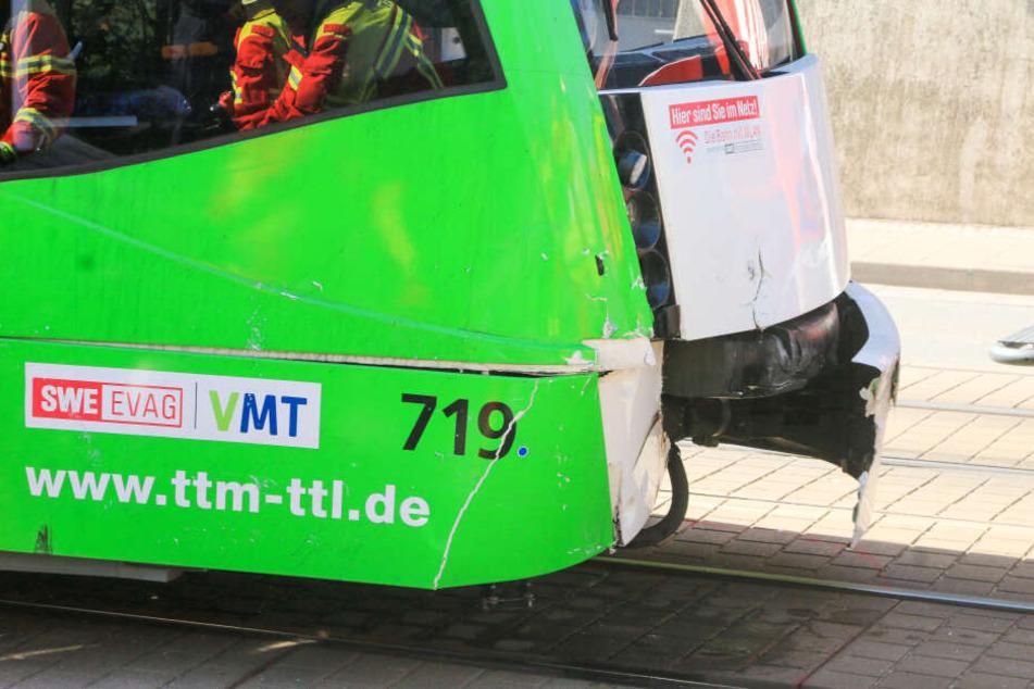 Auch an der Straßenbahn entstand nicht gerade ein unerheblicher Schaden.