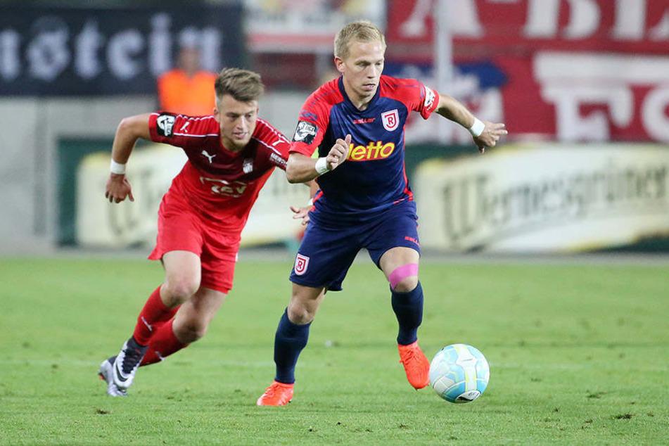 Linksverteidiger Alexander Nandzik (r., mit Zwickaus Patrick Göbel) spielte vor einem Jahr noch für die Chemnitzer.