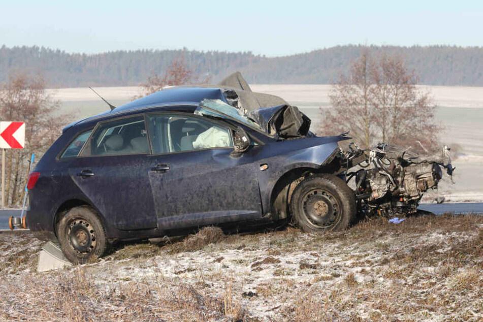 Heftiger Unfall! Ein Toter bei Crash mit Schulbus