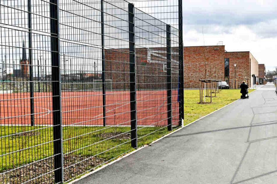 Die Rasenflächen am Schulcampus Pieschen sollen ab April für alle Sportler nutzbar sein.