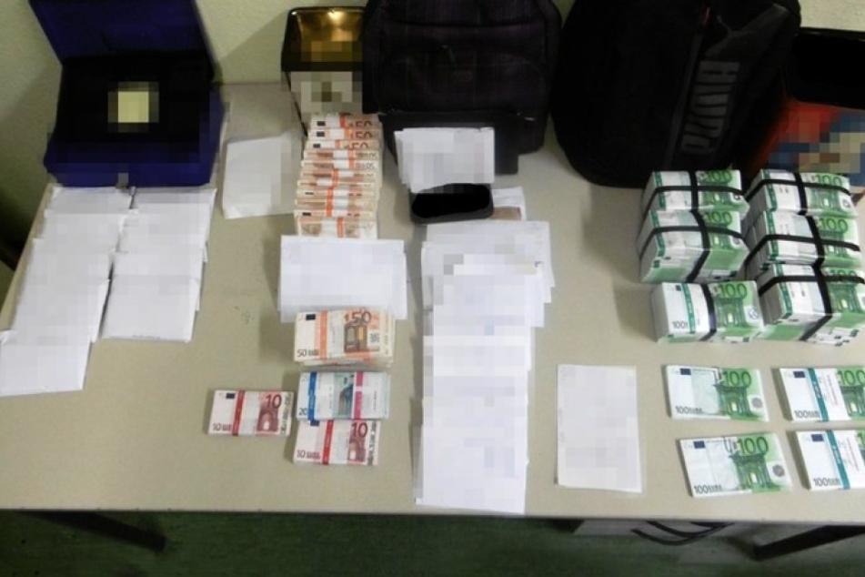 Bei einer alten Frau wurden hunderttausende Euro in der Wohnung gefunden.