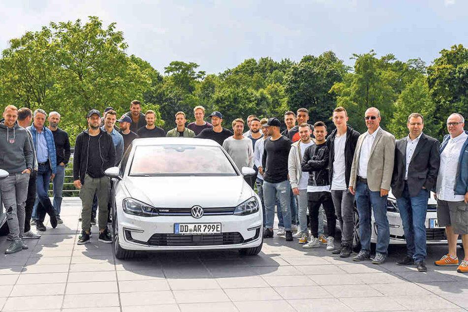 Gruppenbild mit e-Golfs: Dynamo machte am Dienstag einen Betriebsausflug in die Gläserne Manufaktur, wo die Elektrofahrzeuge von VW mittlerweile produziert werden.