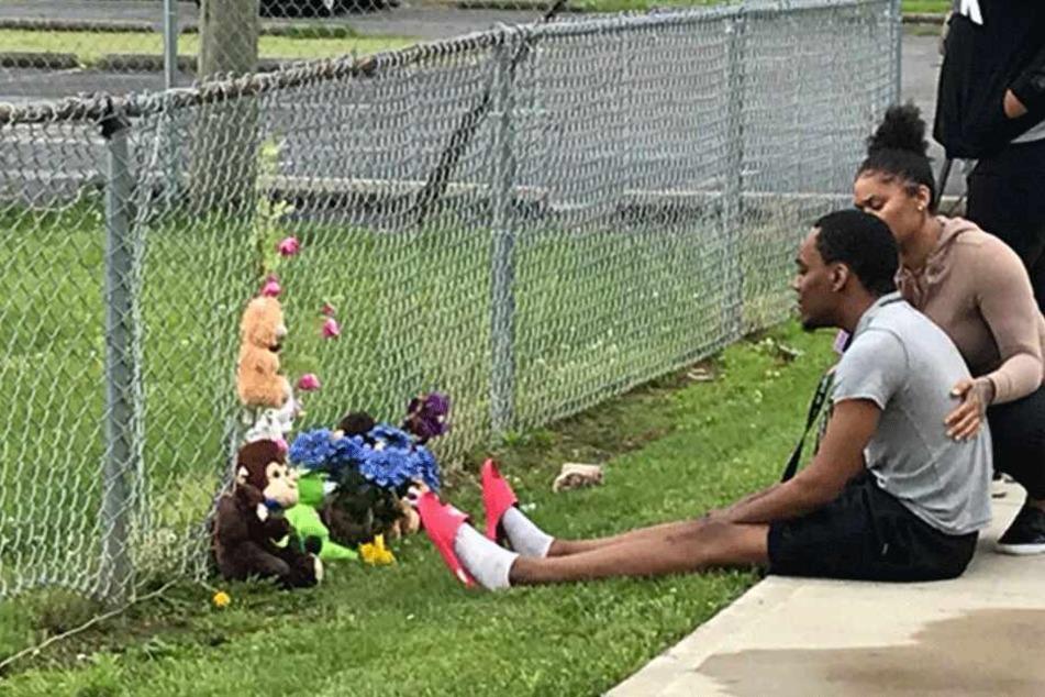 An dem Ort, an dem Jaykwon Sharp erschossen wurde, legten Trauernde Plüschtiere und Blumen nieder.