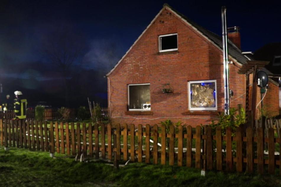 Bei dem Brand starben ein Mann und ein Sohn, seine Frau und ein weiterer Junge schweben in Lebensgefahr.