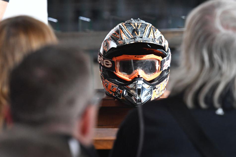 Ein Helm soll in der St. Hedwigs-Kathedrale an die Verstorbenen erinnern.