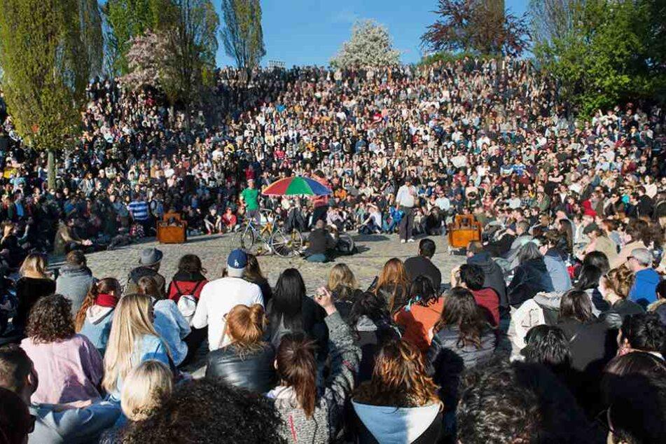 Tausende kamen zum traditionellen Karaoke im Mauerpark.