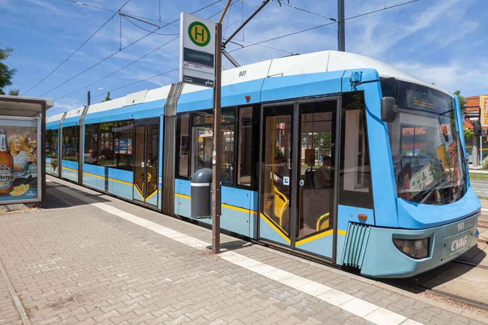 In Chemnitz ist ein 15-Jähriger an einer Haltestelle attackiert worden.