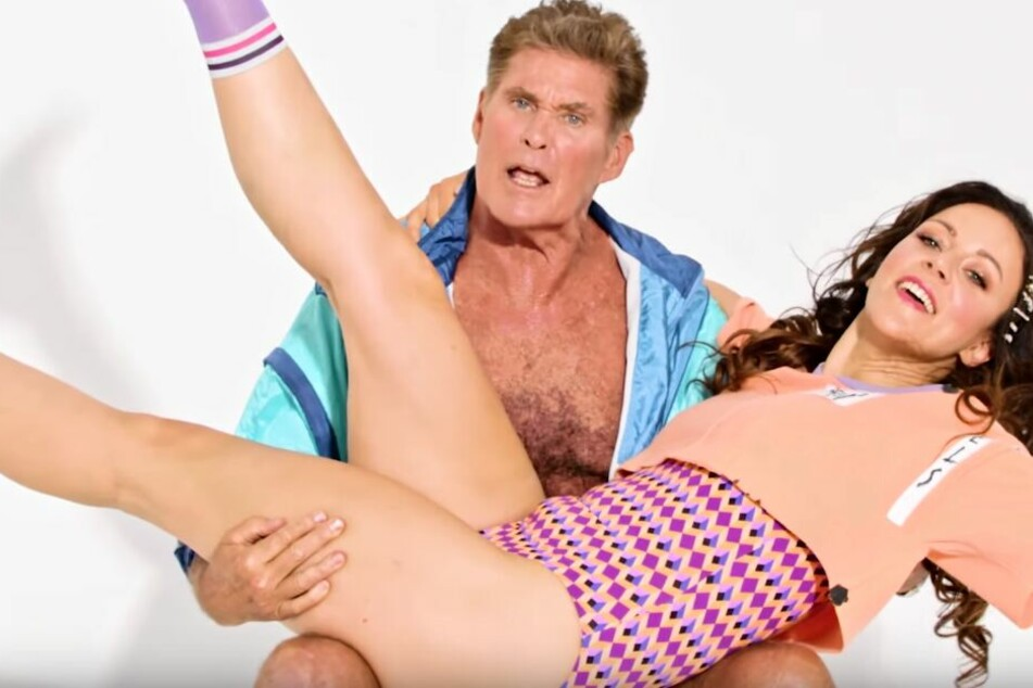 Die Selbstironie stimmt: David Hasselhoff und Blümchen im Musikvideo zu ihrem gemeinsamen Hit.
