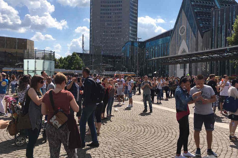 Um 15 Uhr pusteten Hunderte Leipziger auf dem Augustusplatz, was das Zeug hält.