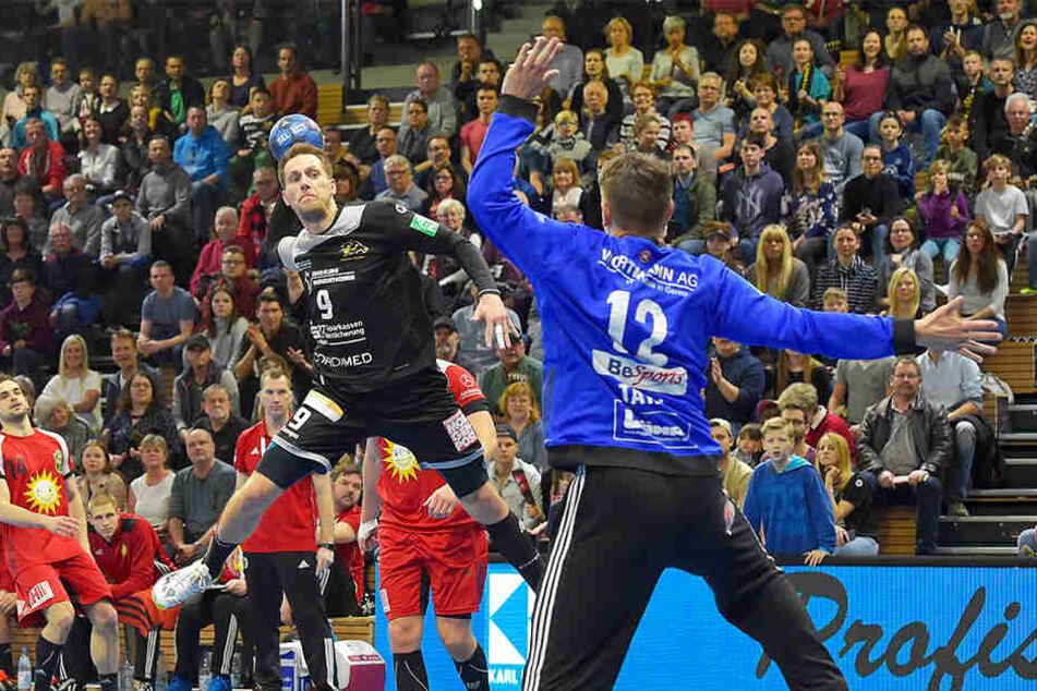 Julius Dierberg erzielt hier eines seiner sechs Tore gegen TuS N-Lübbecke.