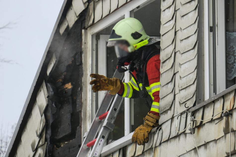 Feuerwehreinsatz im Erzgebirge: Wohnungsbrand droht, auf Dach überzugreifen