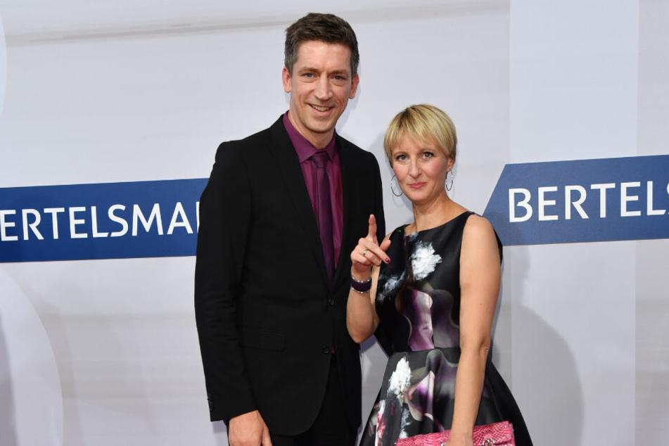 Steffen Hallaschka und seine Frau Anne-Katrin stehen bei einem öffentlichen Auftritt gemeinsam vor der Kamera.