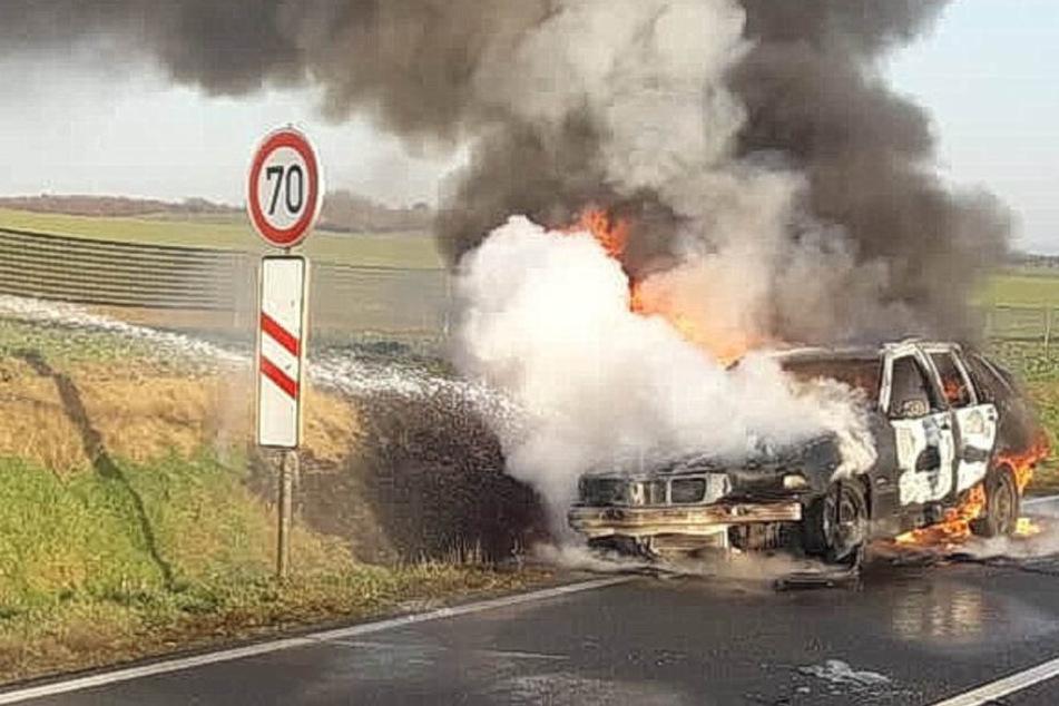 Dicke Rauchsäule! BMW brennt auf Landstraße völlig aus