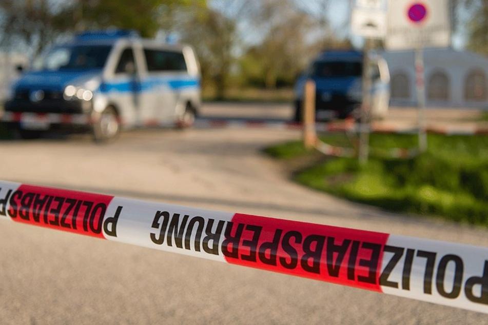 Die Polizei sicherte den Tatort, noch ist nicht klar, warum der Mann aus dem Fenster stürzte. (Symbolfoto)