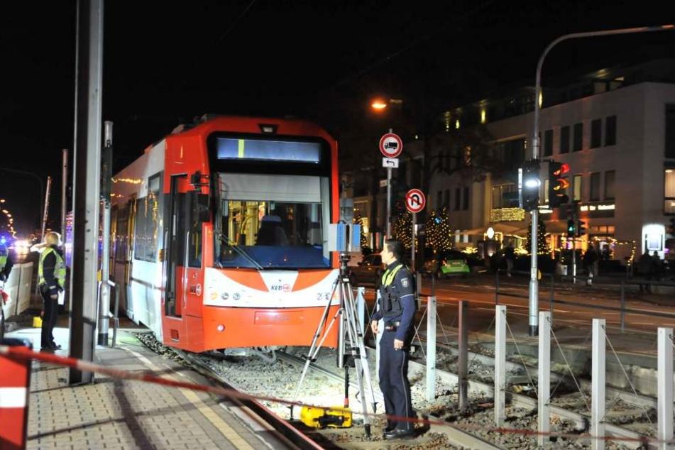 Die Kölner Polizei ist bei einem schweren Unfall auf der Aachener Straße im Einsatz.