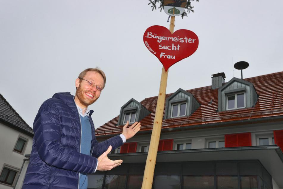 Die Freiwillige Feuerwehr in der Allgäuer Gemeinde sucht mit einem Maibaum eine Frau für Bürgermeister Jörg Aghte (39).