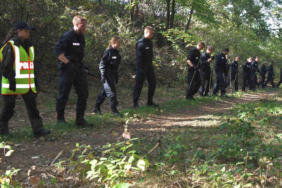 In einer großen Suchaktion fanden die Ermittler Mitte Oktober drei weitere Knochen in dem Waldstück bein Lüneburg (Archivbild).