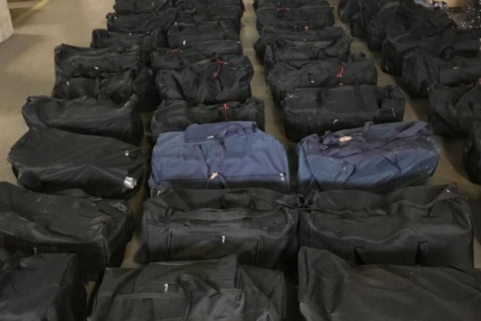 Das Koks war versteckt in 211 Sporttaschen.