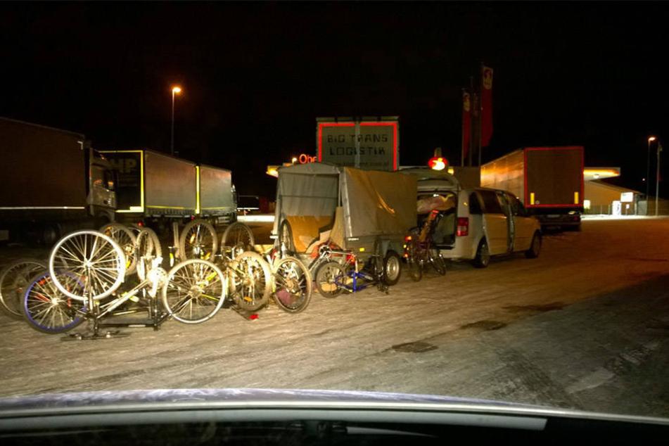 Die Beamten der Polizei stellten einen Transporter mit zahlreichen geklauten Fahrrädern sicher.