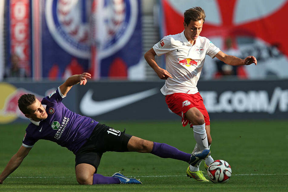 3. Spieltag 2014/15: Clemens Fandrich (r.) läuft am Auer Nils Miatke vorbei. RB Leipzig gewann die Partie als Zweitliga-Aufsteiger damals mit 1:0. Im Winter kam Fandrich erstmals zum FCE.