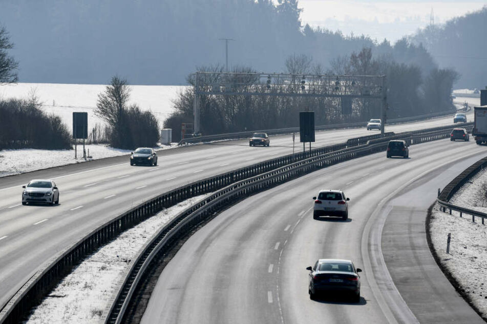 Fahrzeuge fahren auf der Autobahn A81 .