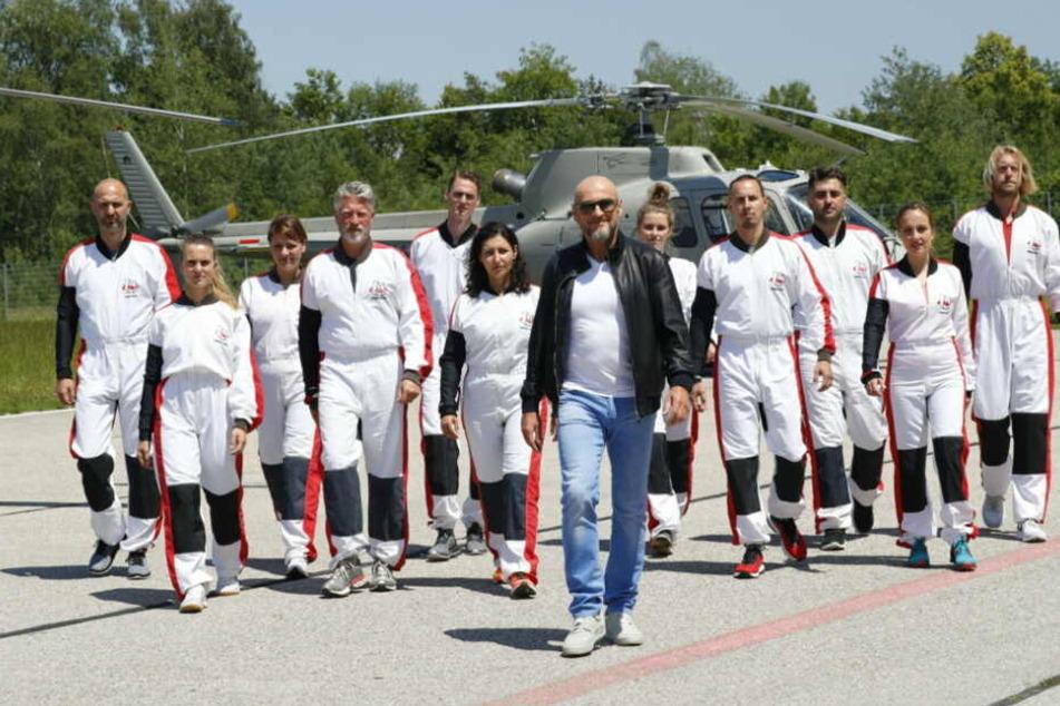 Jochen Schweizer (61, M) mit seinen elf Bewerbern. Wer wird sich durchsetzten können?