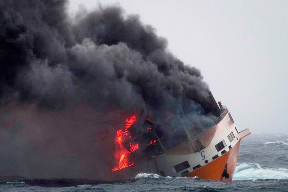 Nach dem Untergang eines Containerschiffes droht der französischen Küste eine Ölkatastrophe.
