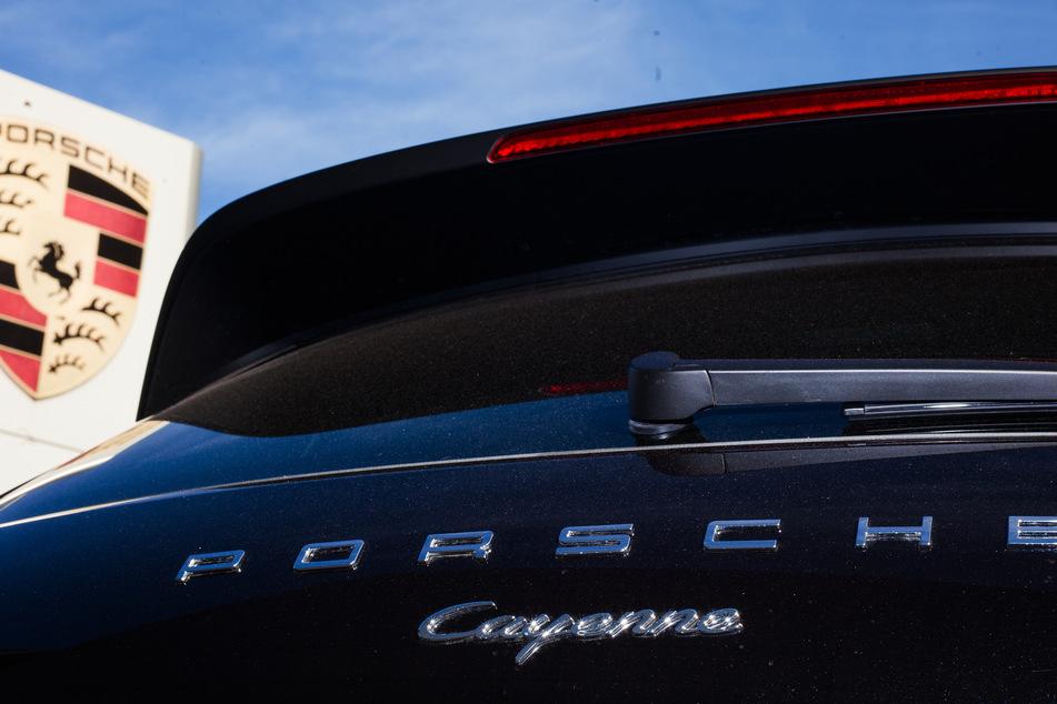 Unfall A44: Heftiger Unfall mit Porsche Cayenne: 23-Jährige schwer verletzt
