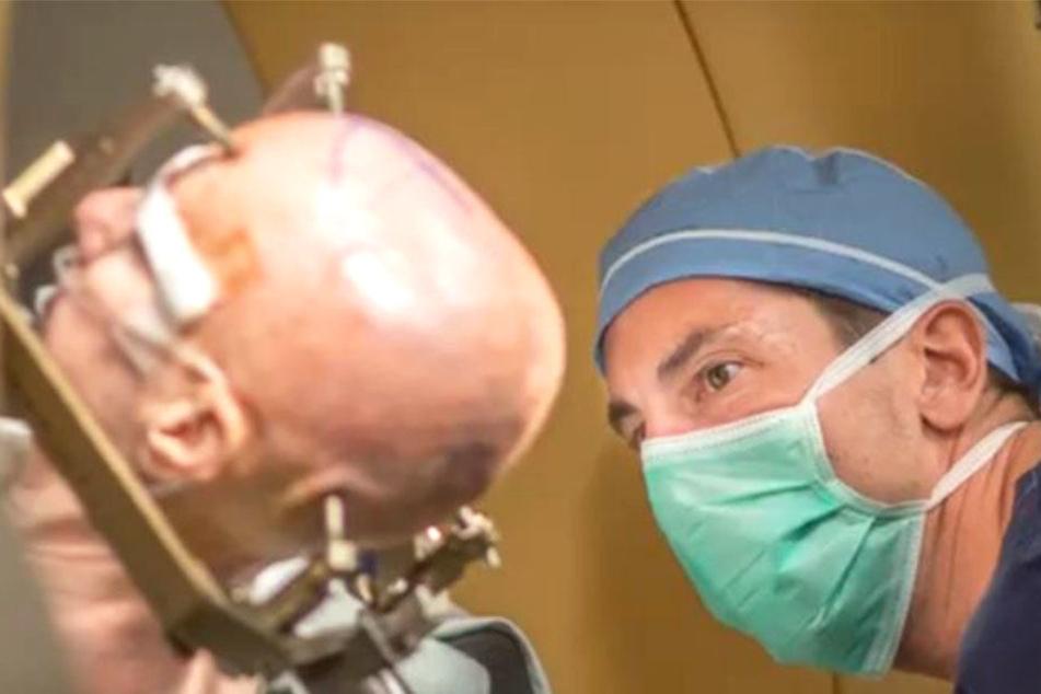 Ärzte führen eine Tiefenstimulation im Gehirn einer Patientin durch.