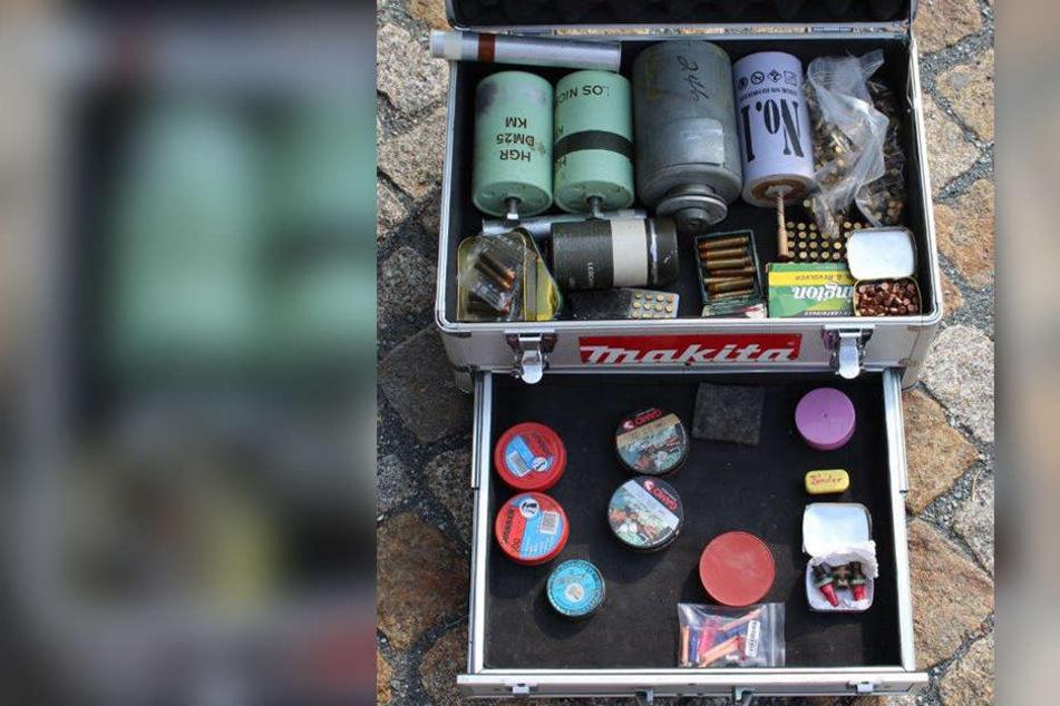 Die Polizei stellte verschiedene Pyrotechnik und Munition sicher.