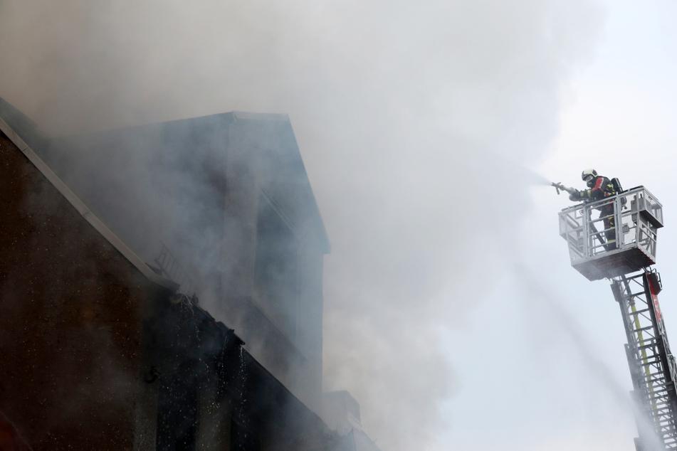Großbrand in Ronneburg! Mehrere Häuser in Flammen, Feuerwehr kämpft