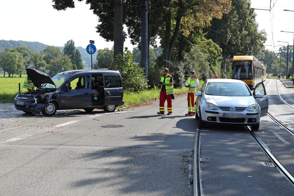 Nach dem Unfall stand der VW Golf auf den Straßenbahnschienen. Dadurch kamen Fahrgäste zunächst nicht weiter.