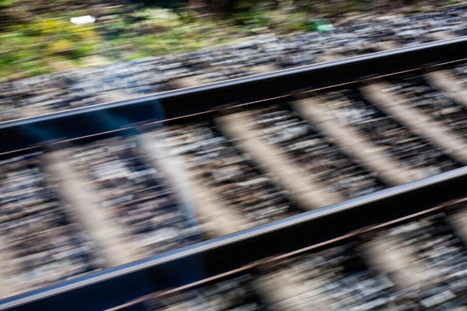 Eltern suchen nach Kind (6): Junge spielt am Bahnhof auf den Gleisen!