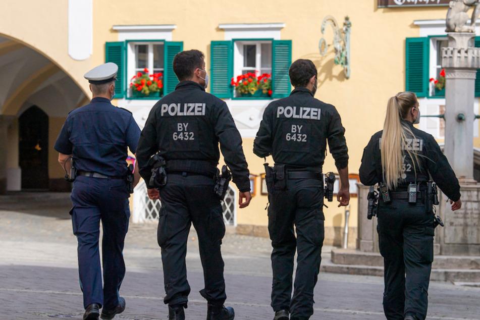 Polizisten laufen durch die Fußgängerzone der Berchtesgadener Innenstadt.