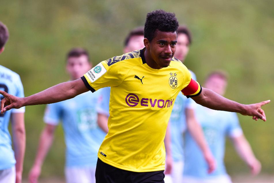 Ansgar Knauff (18) führte die U19 beim 5:1-Testspielsieg am 25. Juli gegen ASC 09 Dortmund als Kapitän aufs Feld und jubelt hier über seinen Treffer zum 4:0.