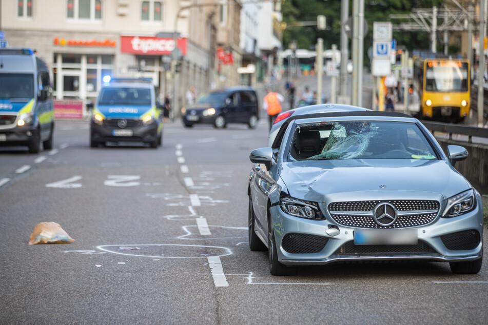 Die Unfallstelle am vergangenen Samstag: Dieser Mercedes-Benz hatte den Fußgänger erfasst.