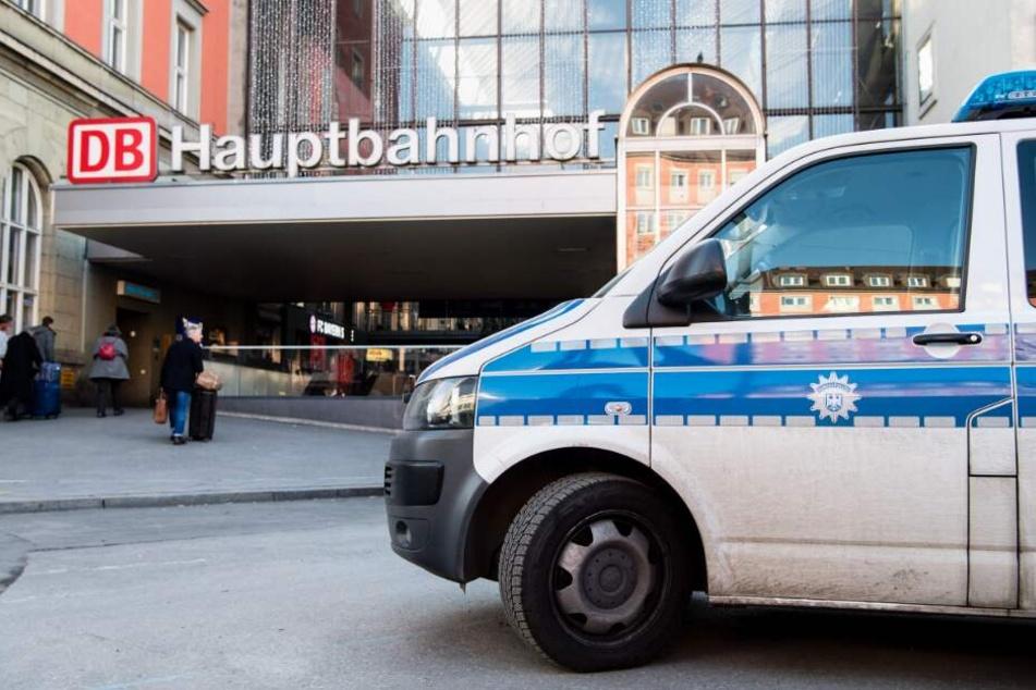 Ein Wagen der Polizei steht vor dem Münchener Hauptbahnhof, nachdem dort ein Polizist niedergestochen wurde.