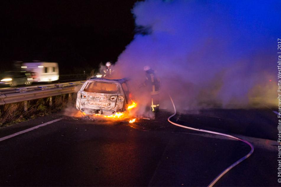 Das Auto stand komplett in Flammen, als die Feuerwehrleute ankamen.