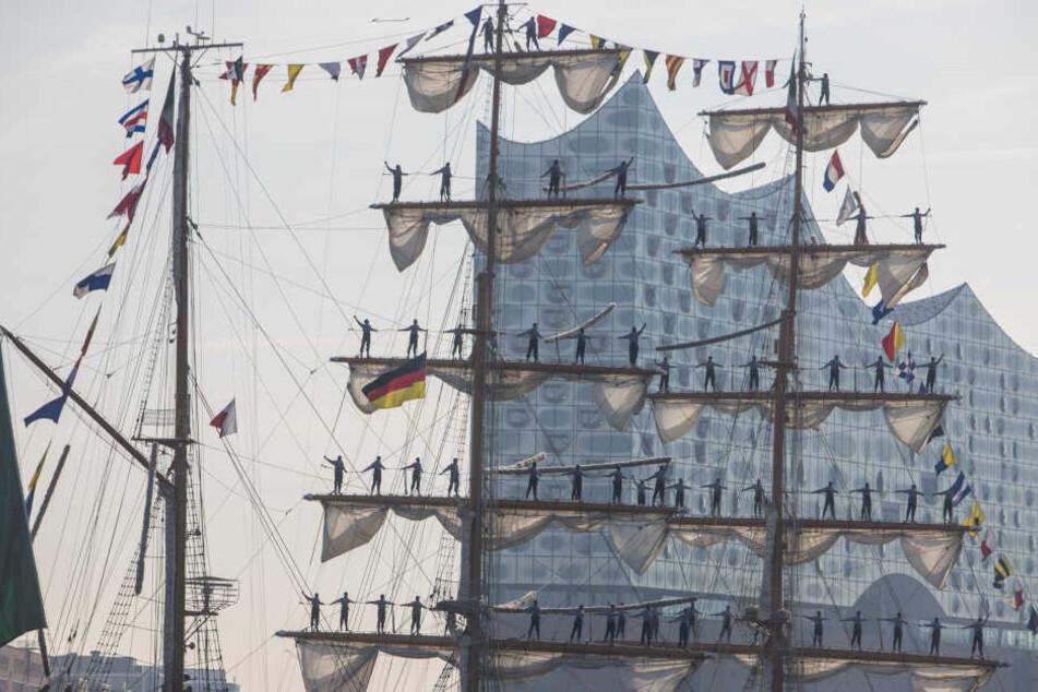 Die Seeleute stehen zur Begrüßung auf den Rahen.