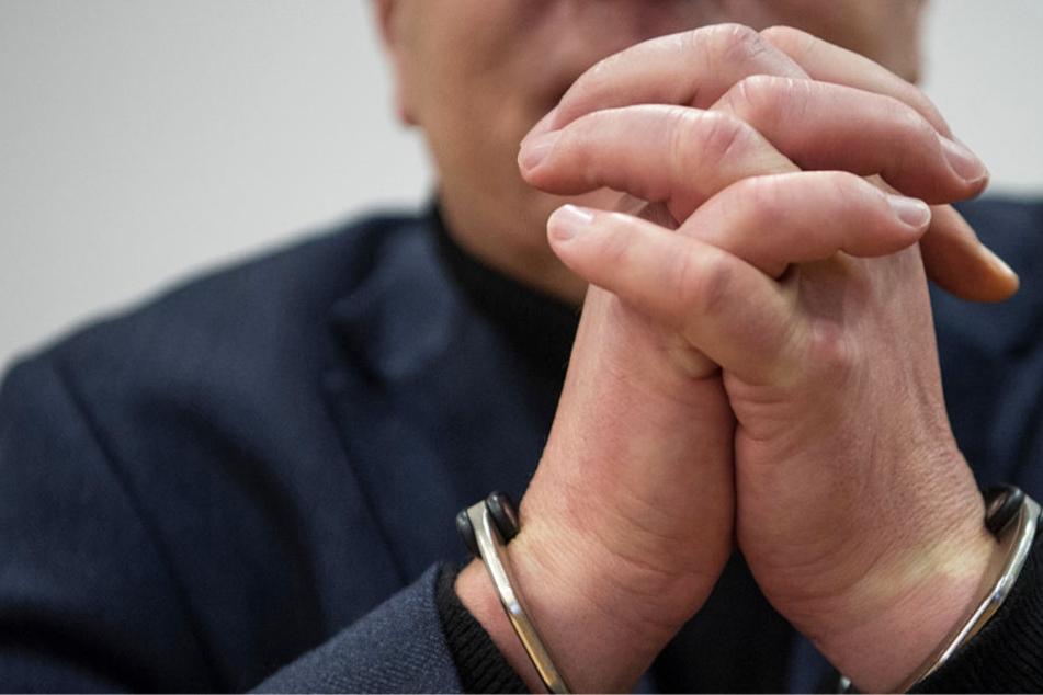 Die Hände eines Mörders: Nach Überzeugung des Landgerichts Hanau hat dieser Mann seine Ehefrau bei lebendigem Leib verbrannt.