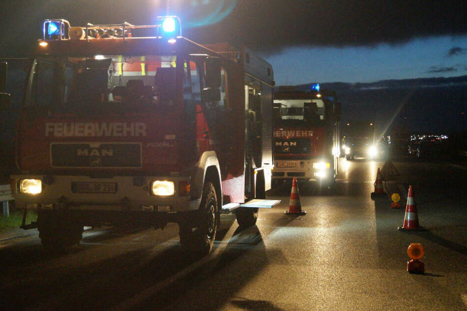 Die Feuerwehr sperrte die Autobahn für die Löscharbeiten ab.