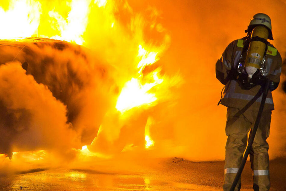 Gleich mehrere Transporter standen in der Nacht zu Donnerstag in Flammen. Die Polizei geht von Brandstiftung aus. (Symbolbild)