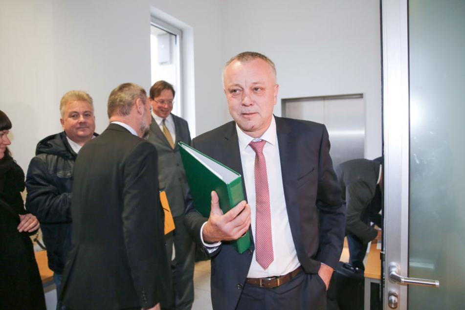 Kultusminister Haubitz am Rande der Sondersitzung der CDU-Landtagsfraktion, auf der die Verbeamtung beschlossen wurde.