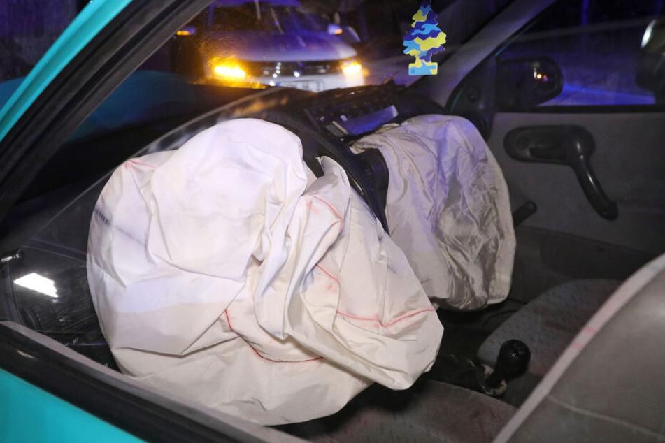 Die beiden Airbags des Wagens gingen auf, Fahrerin und Beifahrer wurden bei dem Unfall verletzt.