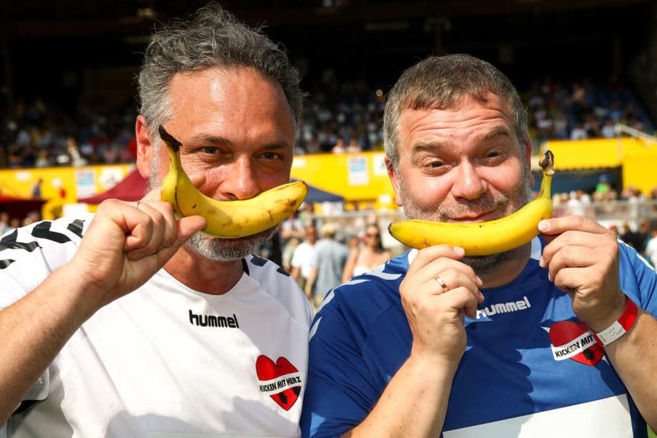 """Thomas Mir (links), Initiator von """"Kicken mit Herz"""" und Moderator Elton freuen sich über eine Stärkung."""