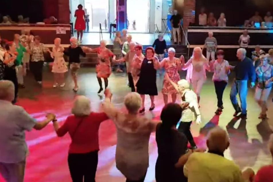 97-Jährige mittendrin: Senioren tanzen bis das Ordnungsamt kommt!