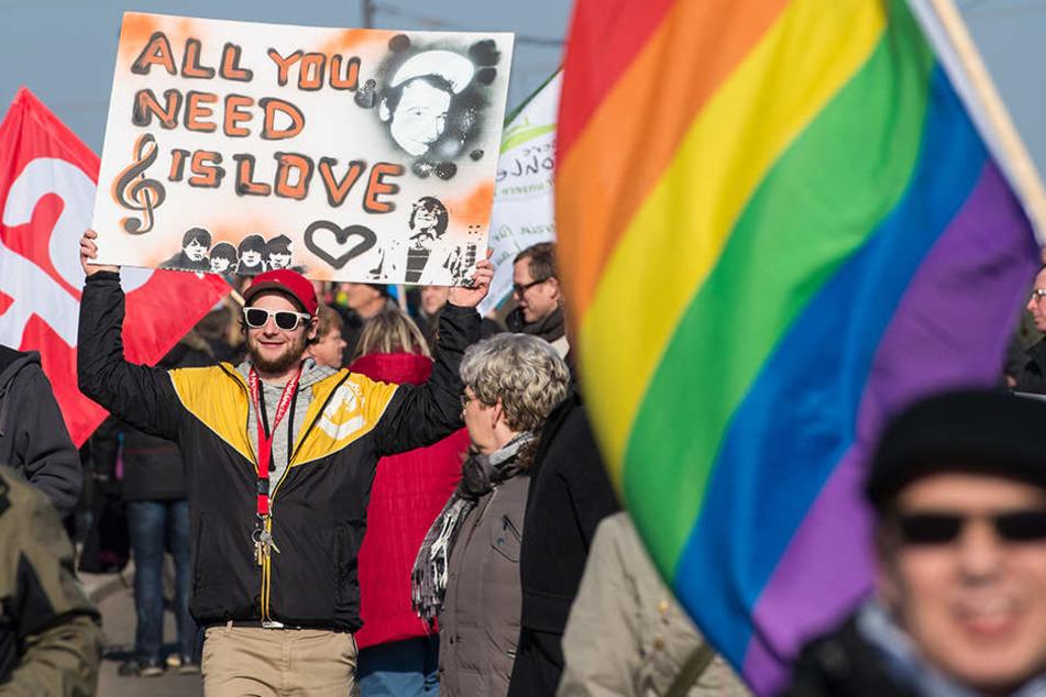 Menschen demonstrieren demonstrieren für ein weltoffenes Cottbus. (Archivbild von 2015)