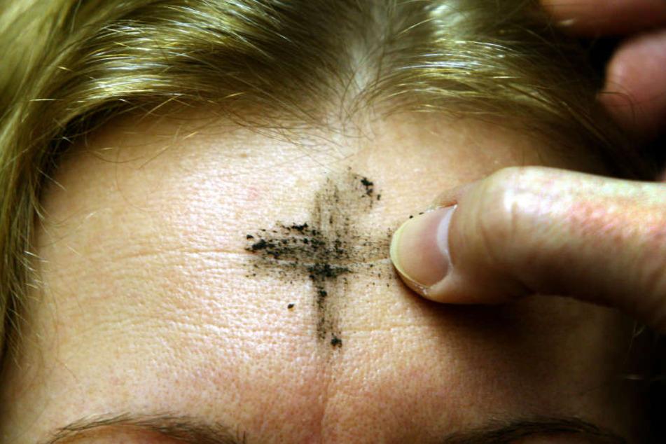 Seit dem elften Jahrhundert wird dieser Brauch in der katholischen Kirche praktiziert. (Symbolbild)