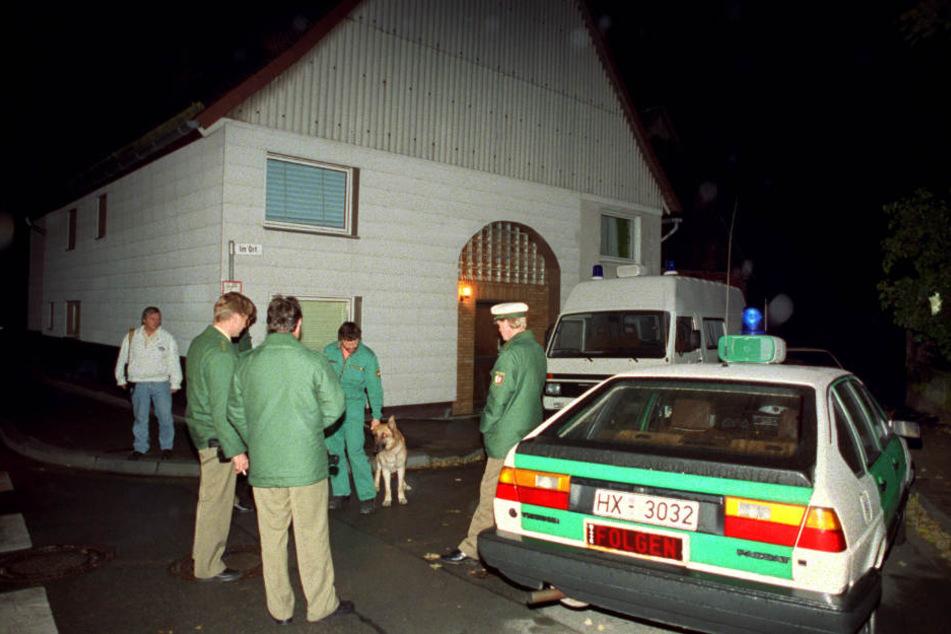 Polizisten und ein Einsatzfahrzeug stehen in Bredenborn im Kreis Höxter vor dem Haus, in dem drei Brüder als mutmaßliche Mörder der Polizisten Andreas Wilkending und Jörg Lorkowski festgenommen wurden.